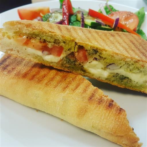 Grillad Mozzarella/Pesto macka. Serveras med sidesallad och italiensk salladsdressing